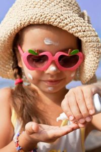 applying-sunscreen